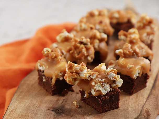 Brownies med kola och karamelliserade popcorn
