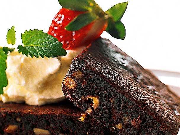 Brownies med vispgrädde och jordgubbar