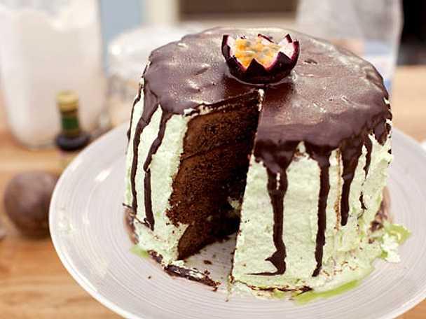 Brownietårta med marängkräm och passionsfrukt