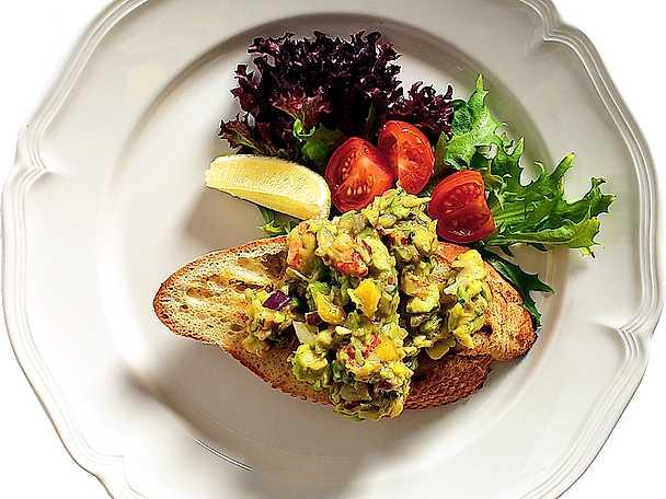 Bruschetta med kräftor och avokadosalsa