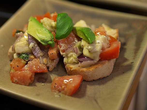 Bruschetta med mozzarella, avokado och tomat