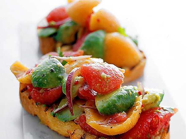 Bruschetta med paprika och avokado