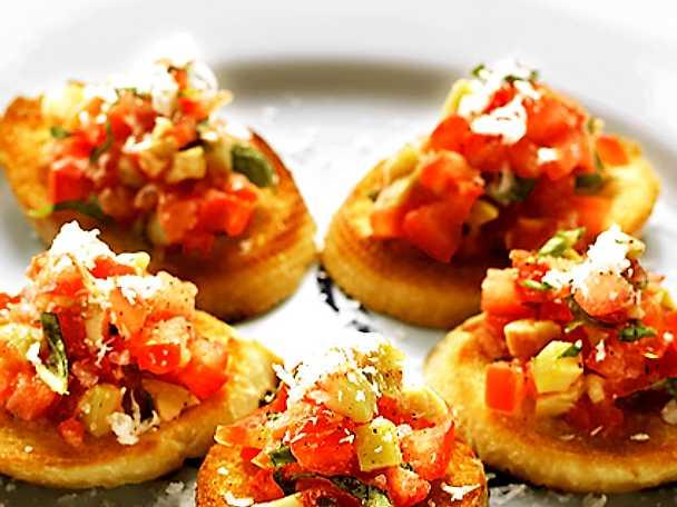 Bruschetta med tomat, oliver och basilika