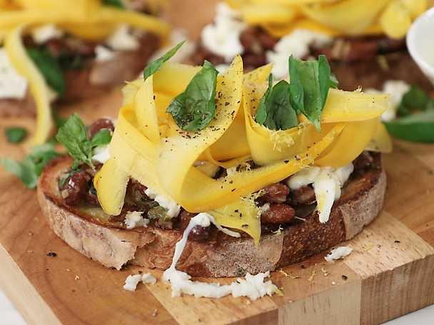 Bruschetta med vitlöksbönor och zucchini