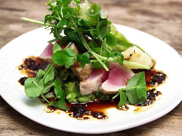 Brynt tonfisk med kryddig vinägrett, syrlig avokadoröra och sticklök