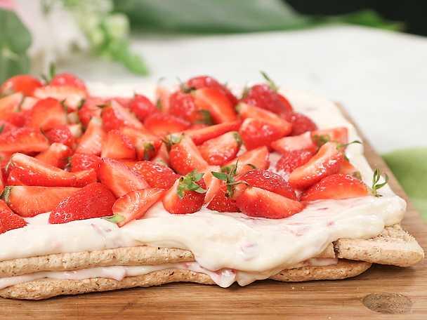 Budapesttårta i långpanna med jordgubbar