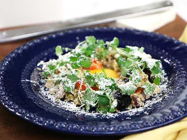 Bulgurpytt med stekt ägg och riven fetaost