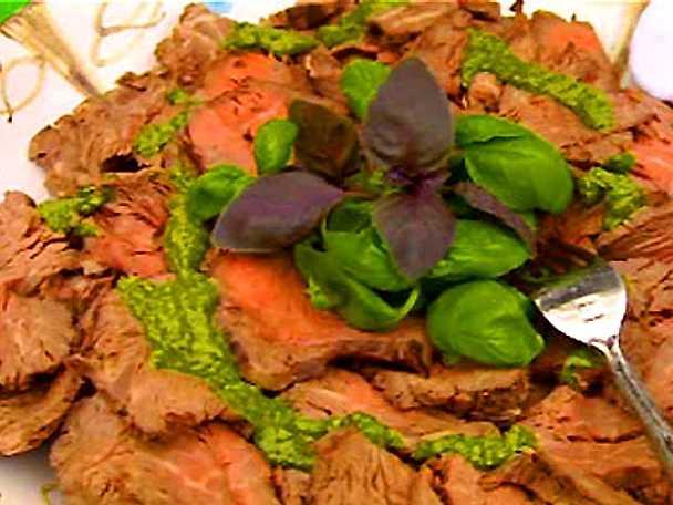 Buljongkokt oxfilé med basilikasås och rödbetspotatis