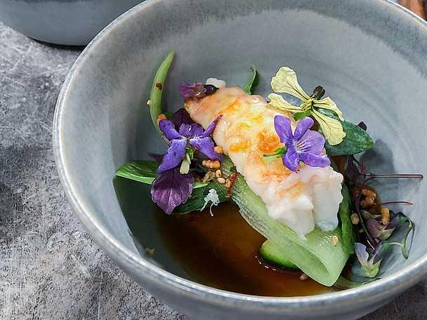 Burfångad havskräfta med grillad gurka, fläderponzu och vårblommor