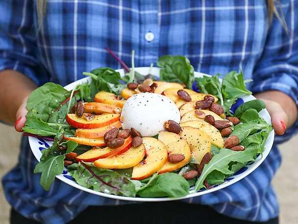 Burratasallad med persika och mandel