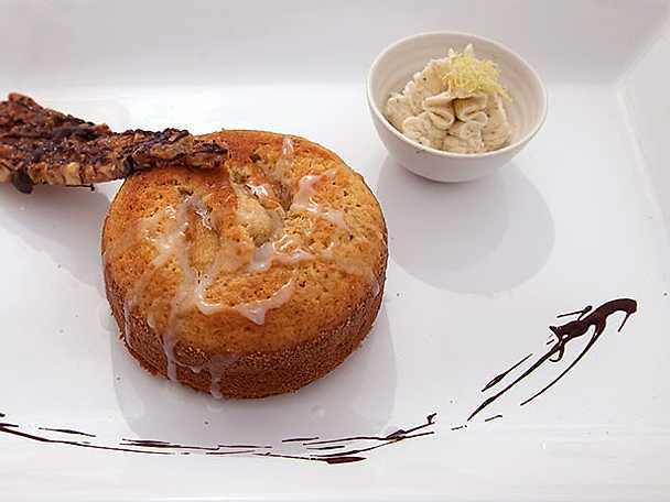 Calvados- och äppelkaka, mascarponevisp med smak av kardemumma och citron samt hasselnötsflarn