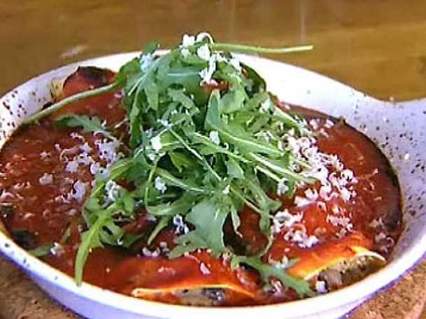 Cannelloni med svamp, färskost och oregano i tomatsås