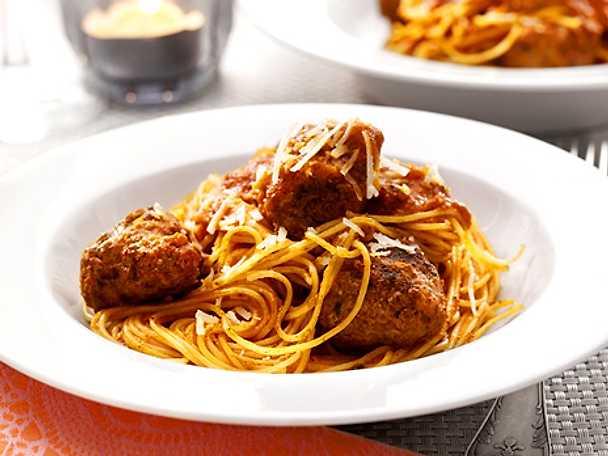 Cappellini med köttbullar och tomatsås