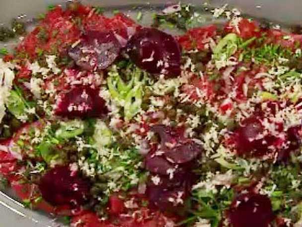 Carpaccio à la russe med rödbetor, kapris, pepparrot och amandinepotatis