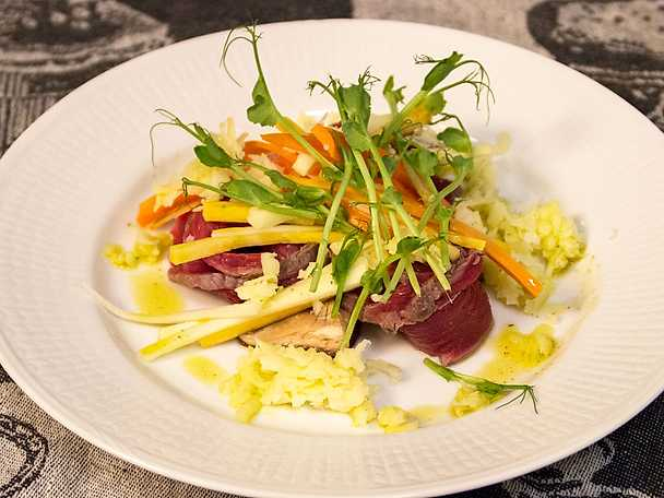 Carpaccio på älg med västerbottensost och pickles på svenska