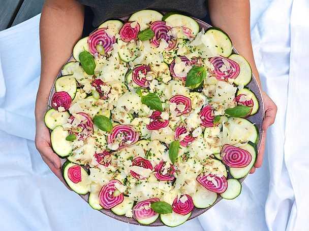 Carpaccio på polkabetor och kålrabbi med gruyère, örter och solrosfrön