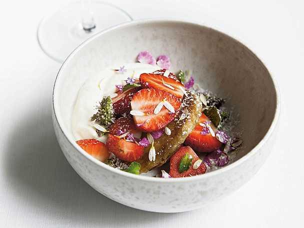 Champagneplättar med söta jordgubbar och lättvispad grädde