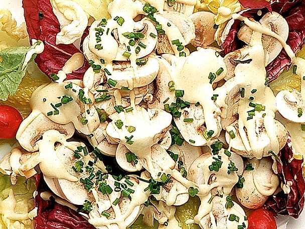 Champinjonsallad med rädisor i senapsdressing