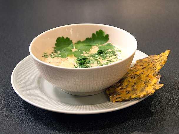 Champinjonsoppa, serveras med majsknäcke