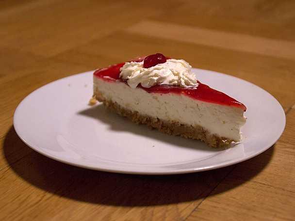 Cheesecake med grädde och jordgubbssylt