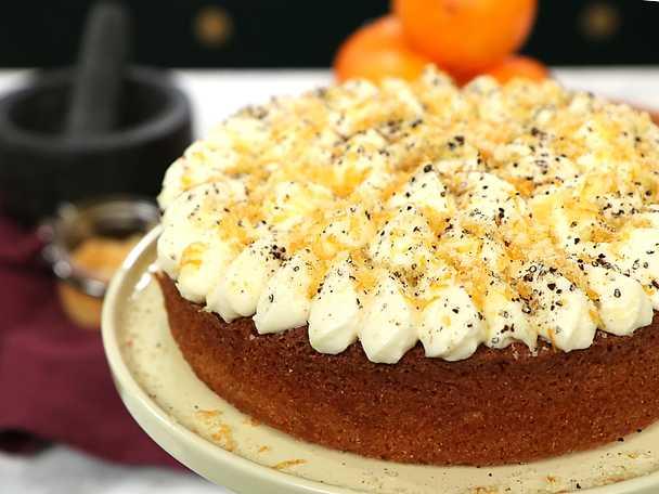 Cheesecakemousse på polentakaka med apelsinströssel