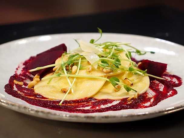 Chèvre- och parmesanfylld pasta med brynt smör och rödbetor
