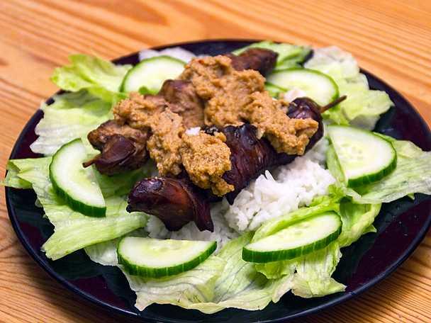 Chicken satay på risbädd med jordnötssmör