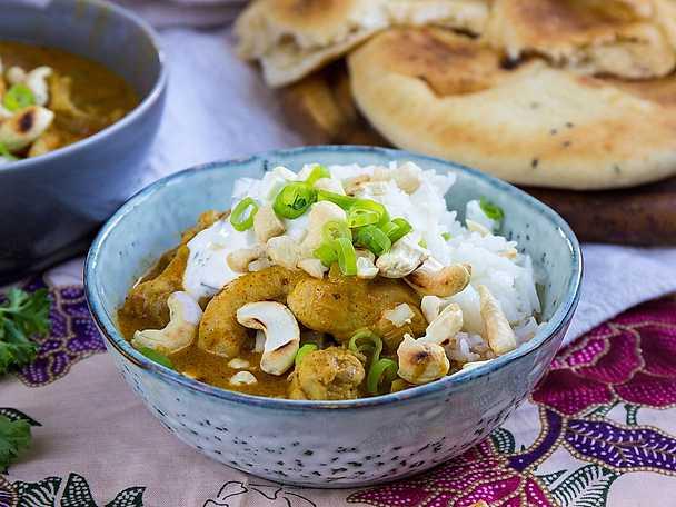Chicken tikka masala med rostade cashewnötter och naanbröd