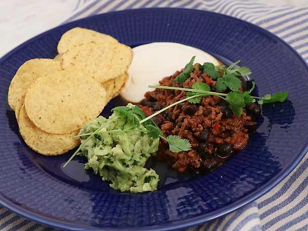 Chili con carne med avokadoröra, gräddfil och nachochips
