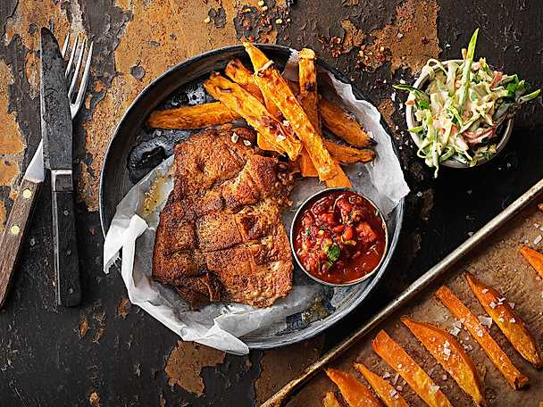 Chilidoftande KycklingSteak med coleslaw, salsa och sötpotatisstrips