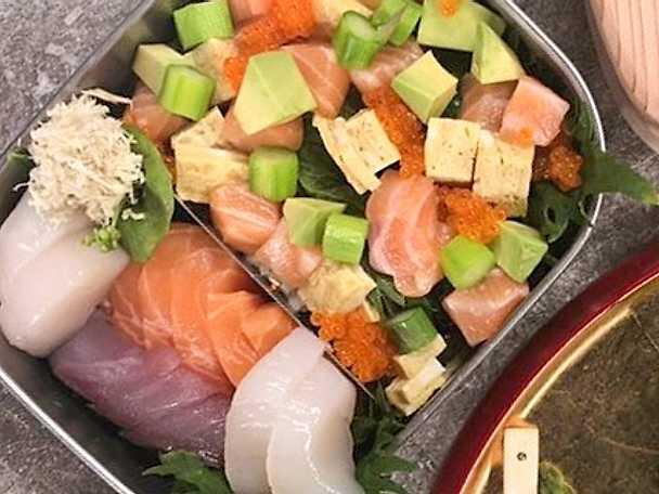 Chirashi sushi, fisktartar, avokado och äggula