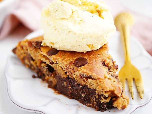 Chocolate chip cookie cake med inbakad kladdkaka