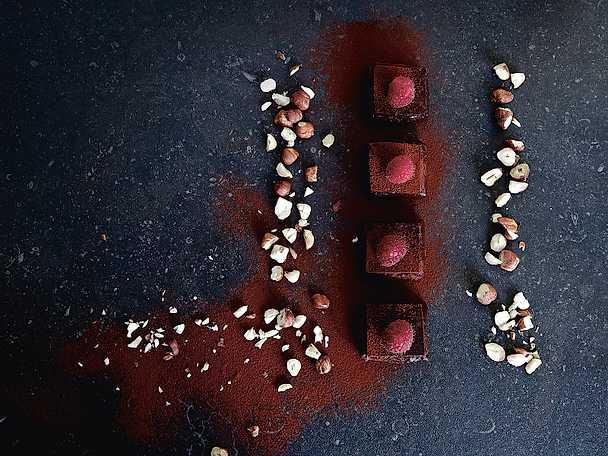 Choklad- och hasselnötsbrownie med hallonganache