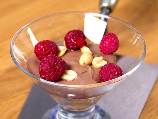 Choklad- och jordnötskaka toppad med hallon