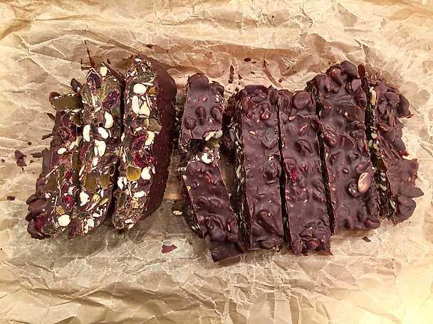 Chokladbars med nötter, russin och tranbär