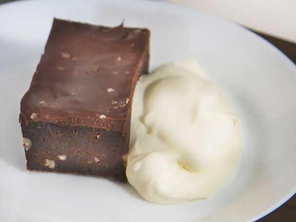 Chokladbrownies med lemoncurdgrädde