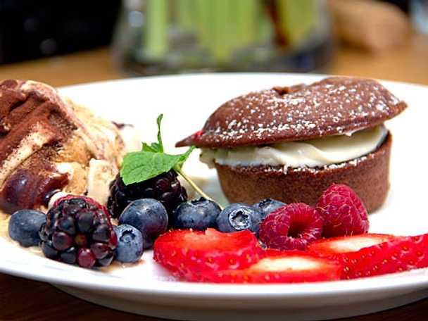 Chokladcupcakes med citronkräm och färska bär