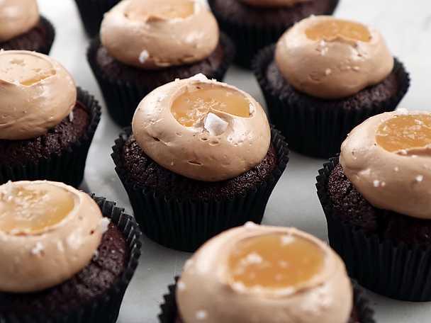 Chokladcupcakes med kolasmörkräm och kolasås