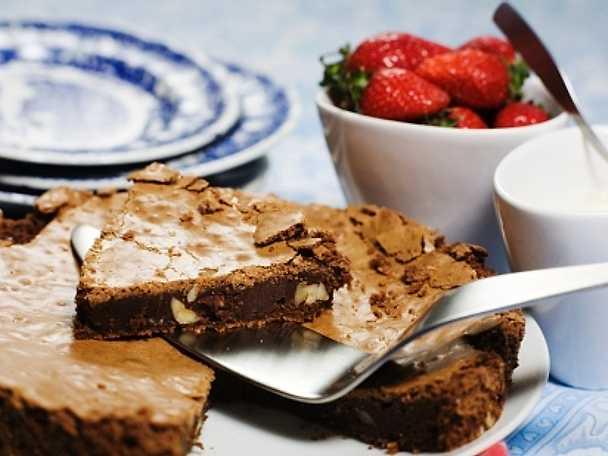 Chokladkaka med färska jordgubbar och vaniljgrädde