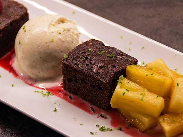 Chokladkaka med vaniljglass, hallon och karamelliserad ananas