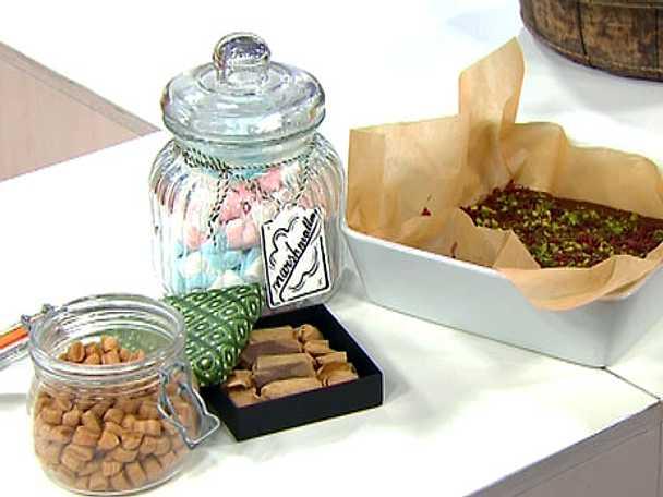 Chokladkola med tranbär och pistage