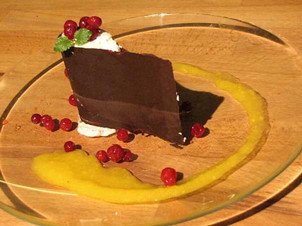 Chokladlindad lingonparfait med mangocoulis