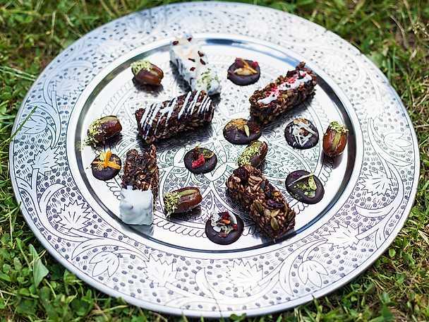 Chokladmedaljonger, fyllda dadlar och müslibars