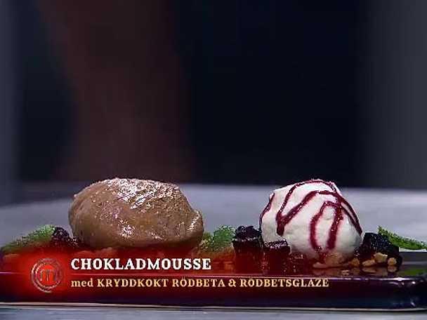 Chokladmousse med kryddkokt rödbeta, rödbetsglaze, crumble och grädde