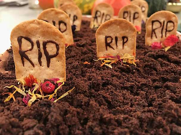 Chokladmousse serverad som en kyrkogård