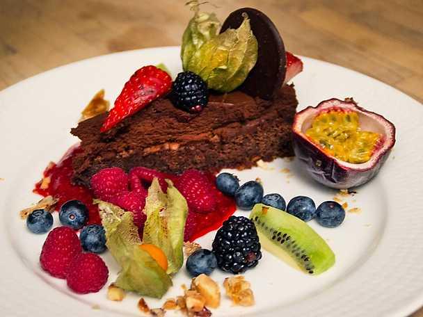 Chokladmoussetårta med vildhallonspegel