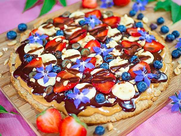 Chokladpizza med jordnötssmör, banan & färska bär