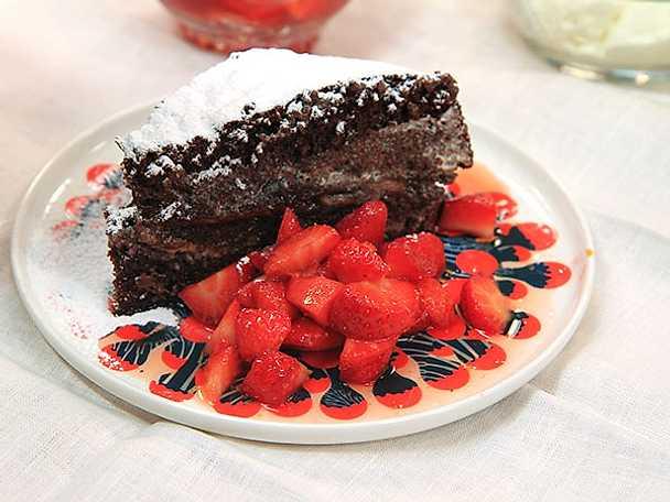 Chokladsockerkaka med nutella och jordgubbar