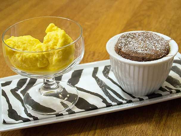 Chokladsufflé med mangosorbet