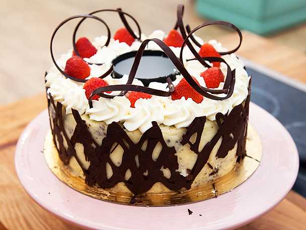 Chokladtårta med bär och omvänd botten